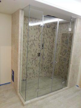berėmė dušo kabina su dviem durimis