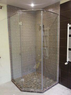 berėmė dušo kabina u forma centrinis įėjimas